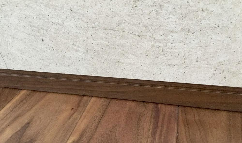 テレビの背面の壁と巾木の納まり