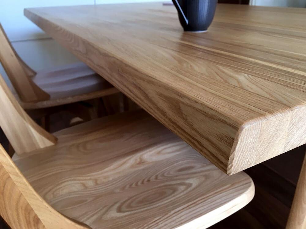 ハーグダイニングテーブルの天板の厚さ
