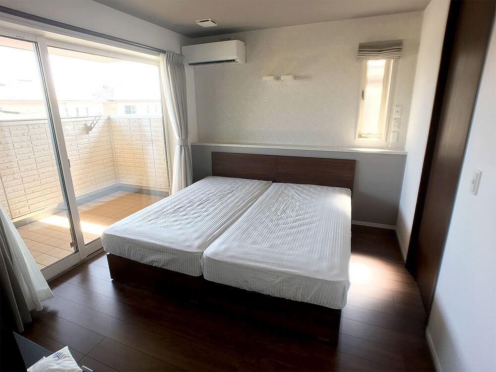 6畳足らずの寝室にシングルベッド2台置き通路幅は意外に大丈夫だった