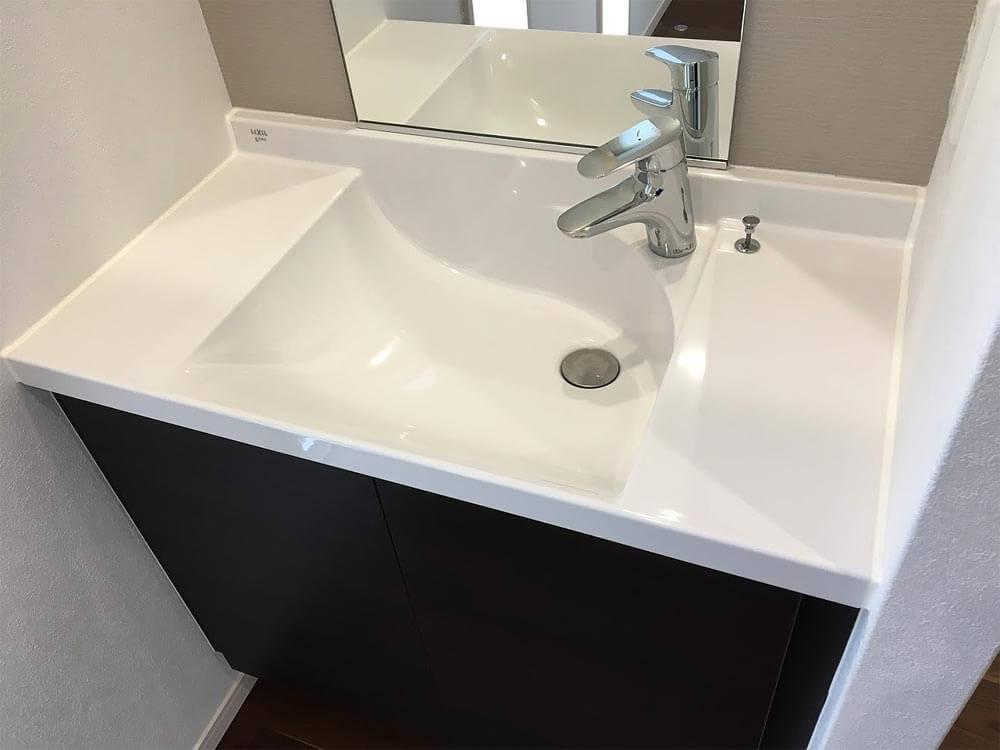 Web内覧会-玄関脇のセカンド洗面台(ボウル一体型カウンター)