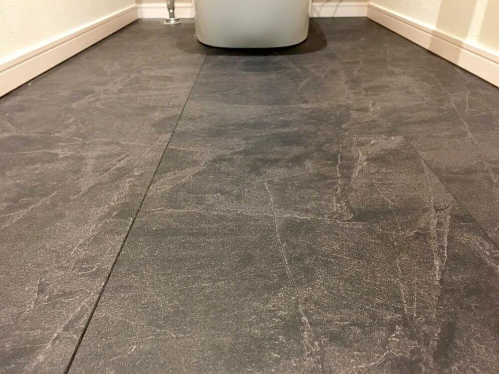 Web内覧会-1階トイレの床(サニタリーフロアブラックスレート)