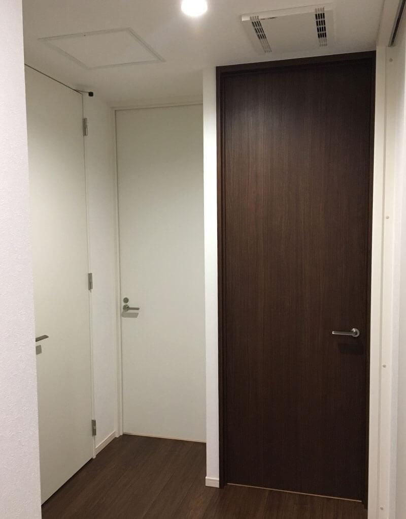 ドアが密集している空間はダウンライトの光を遮りやすい