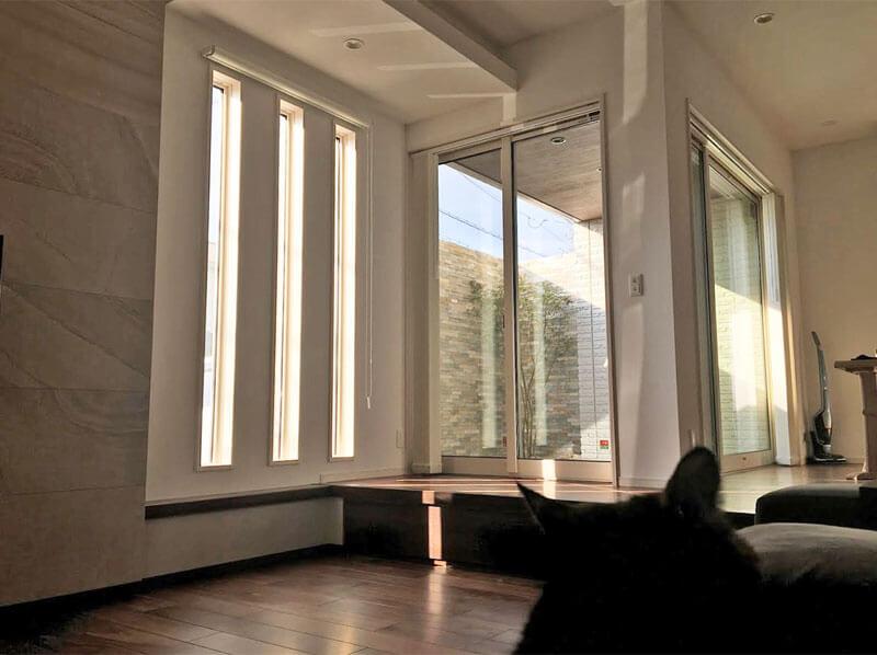 リビングから見たスリット窓