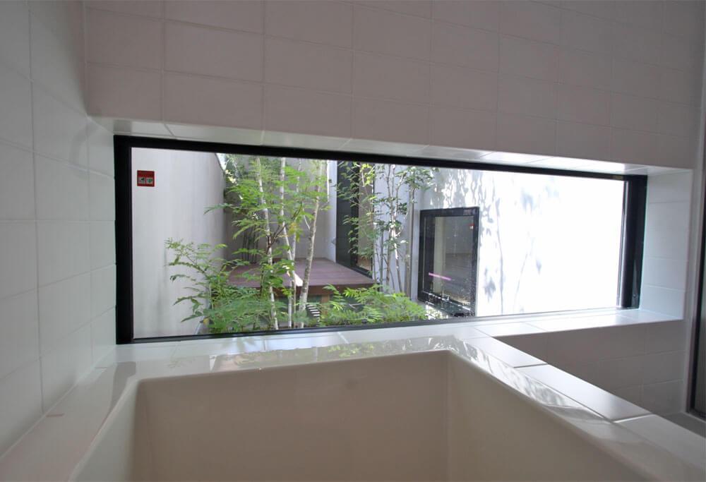 坪庭の見えるバスルーム
